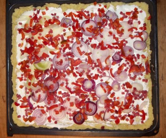 Kartoffelpizza mit Zwiebeln (und Paprika)