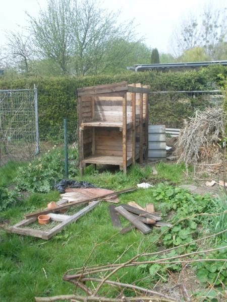 Der Kaninchenstall wird endlich abgebaut (25. April)