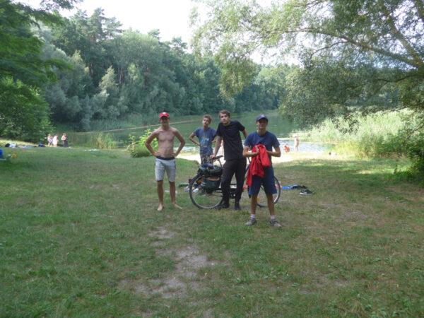 vier Jungs vor dem Gamensee