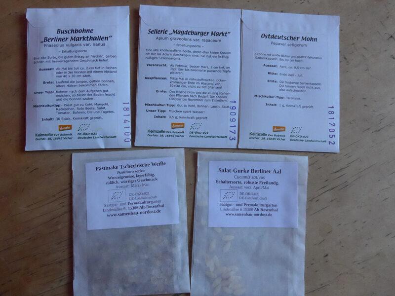 Ein paar Saatgut-Tütchen von Erzeugern