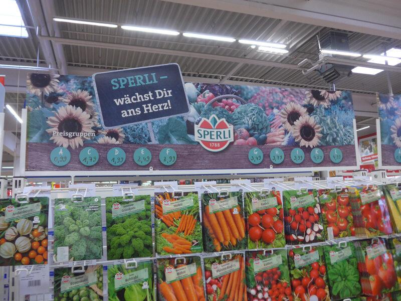 Saatgut-Ständer mit Preistafel der SPERLI-Samen