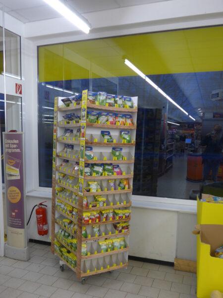 Saatgutständer in einem Discountmarkt
