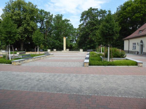 Der Hof mit der Stele zu Ehren Erwin Baurs